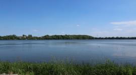 """Stausee Rötha, Blick vom """"Fuchsberg"""" zum """"Groitzschberg"""" am gegenüberliegenden Ufer (© S. Baudisch 2015)"""